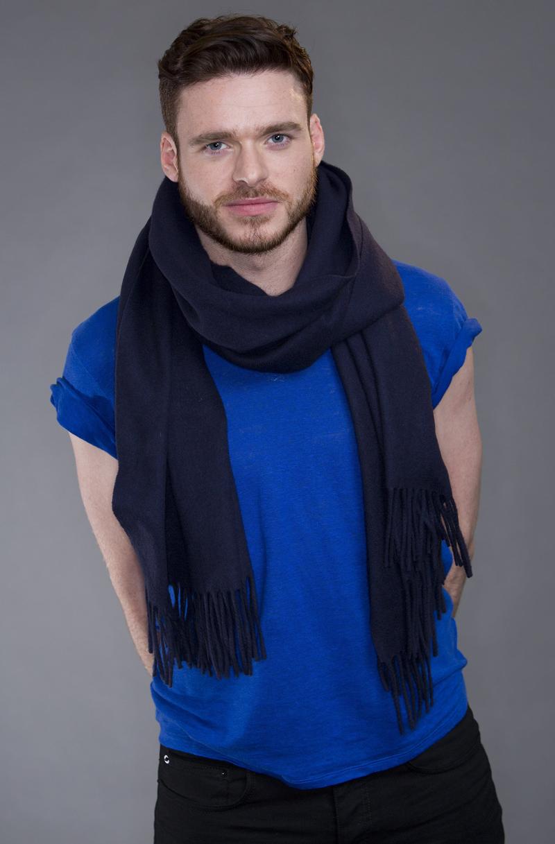 Ричард Мэдден фотосессия 2013 года в голубой майке хорошего качества