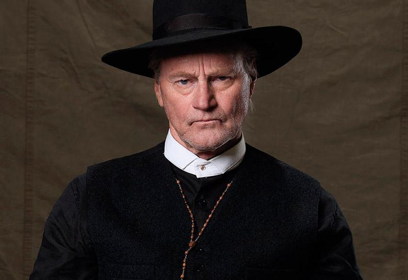 Сэм Шепард в роли святого отца в сериале Клондайк