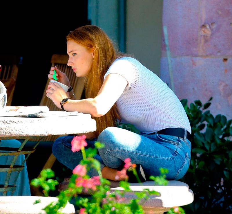 Софи Тернер и Хейли Стайнфелд едят мороженное