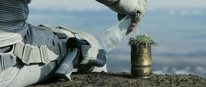 """Фильм """"Обливион"""" Том Круз поливает свой цветочек"""
