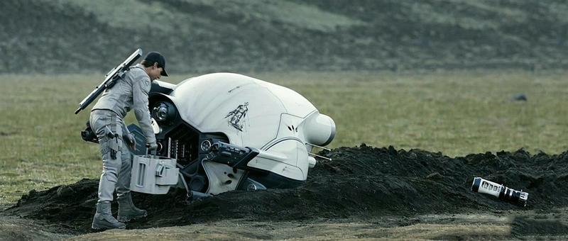 """Фильм """"Обливион"""": по сюжету Джек Харпер (Том Круз) чинит сломанный падальщиками дрон."""