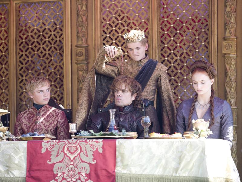 Джоффри выливает вино на голову Тириону на пурпурной свадьбе