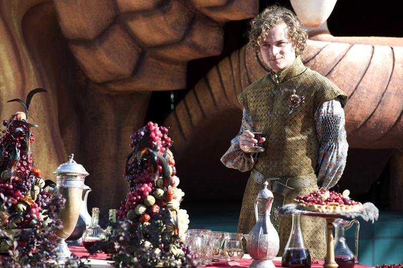 Лорас на пурпурной свадьбе сестры Маргери стол с явствами угощениями едой Игры Престолов