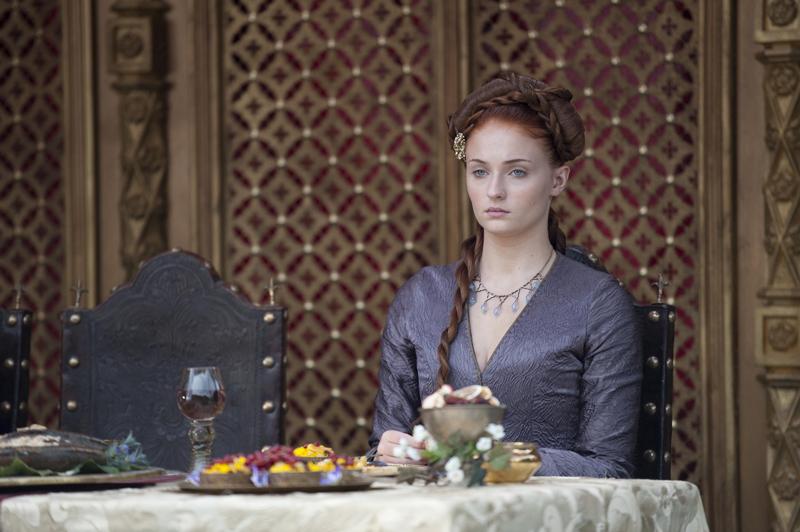 Санса в ожерелье на свадьбе короля Джоффри и Маргери