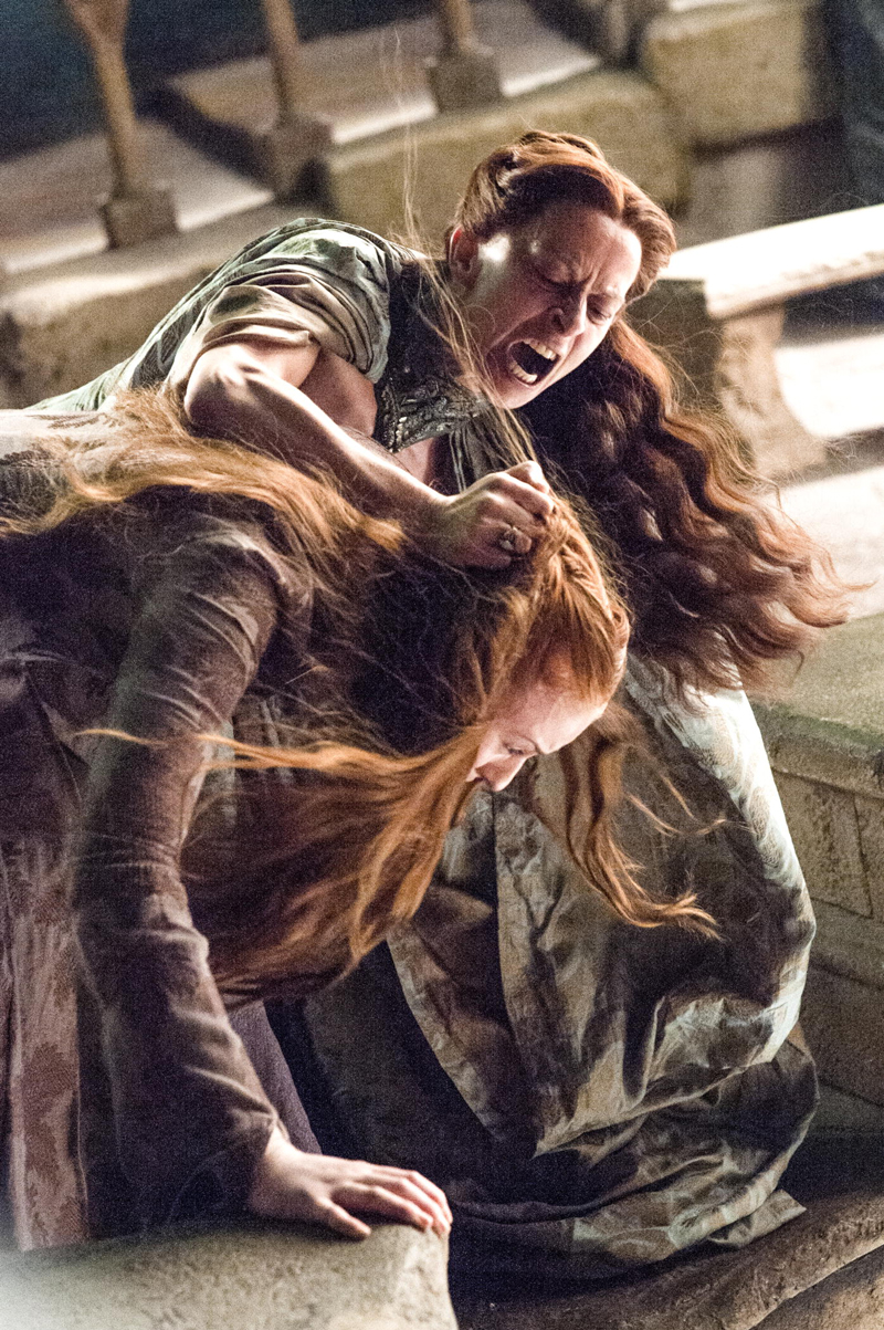 Лиза Арен пытается сбросить Сансу Старк в Лунную Дверь 4 сезон Игры Престолов