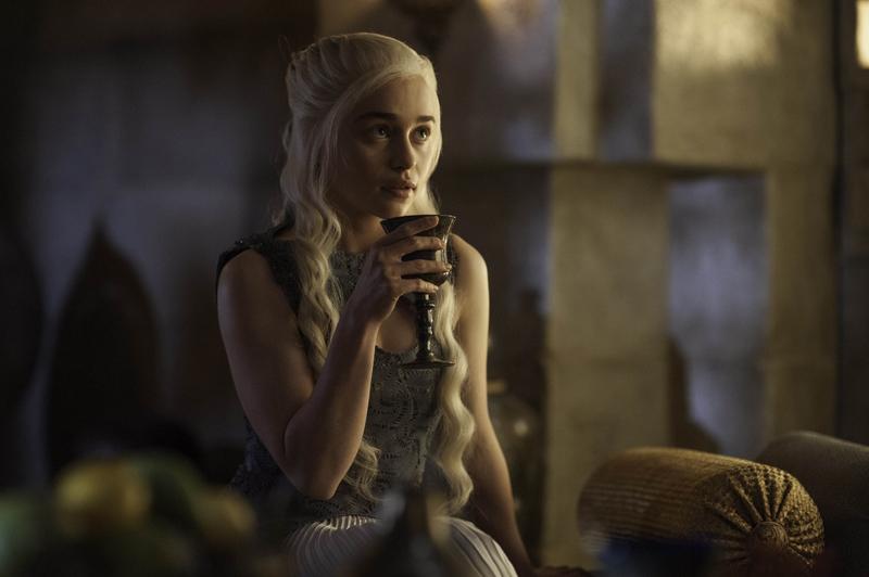 кхалиси пьет вино