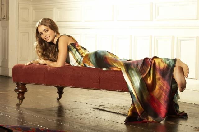 Лили Коллинз фото лежит на диване