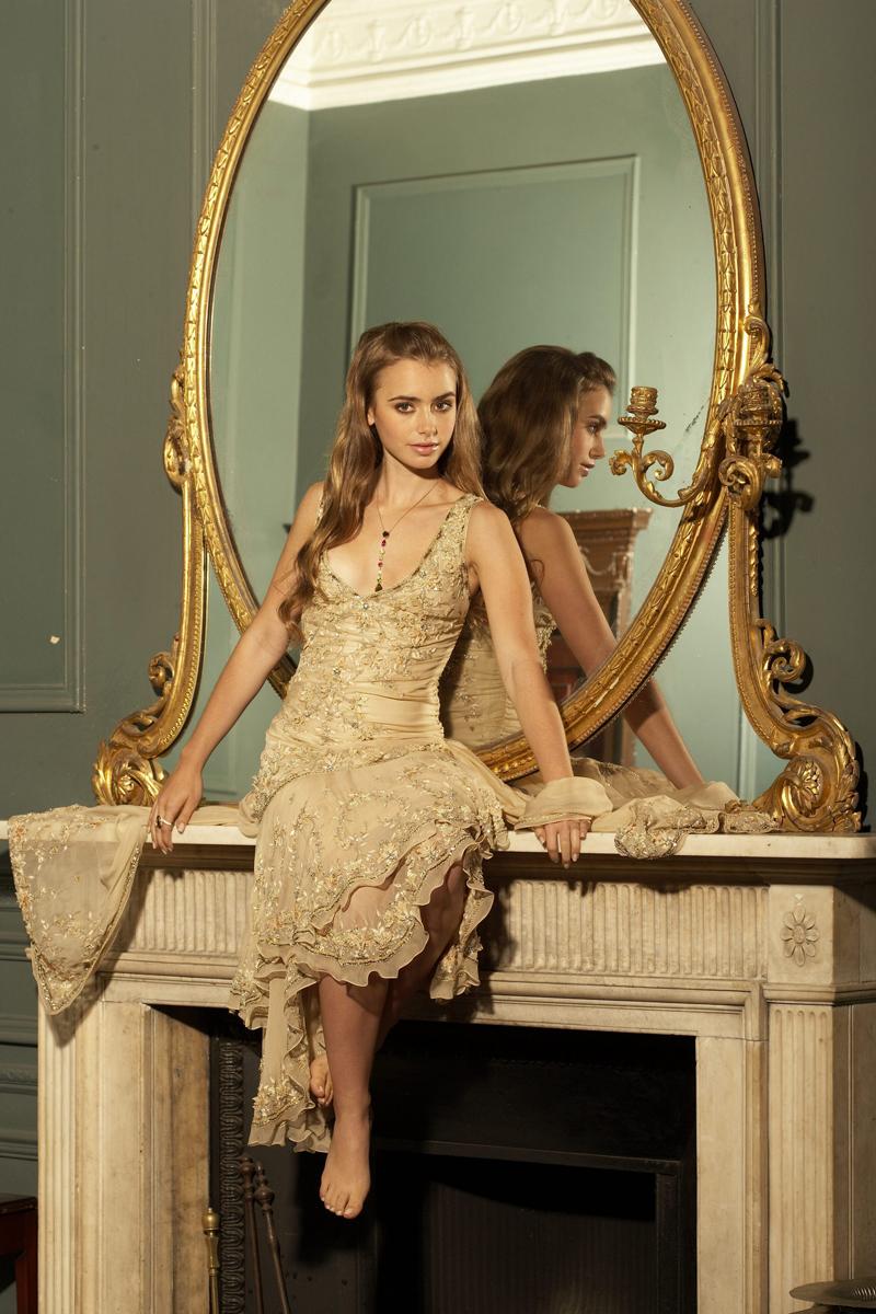 Лили Коллинз фото возле зеркала