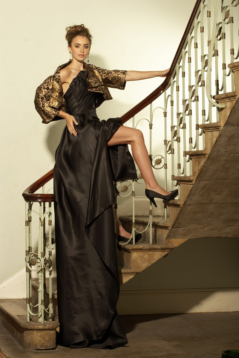 Лили Коллинз фото показывает обноженную ногу