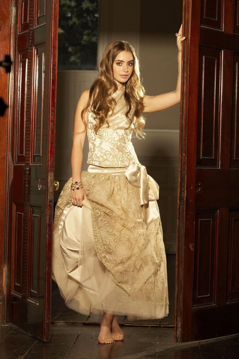 Лили Коллинз фото в вечернем платье цвета шампанского