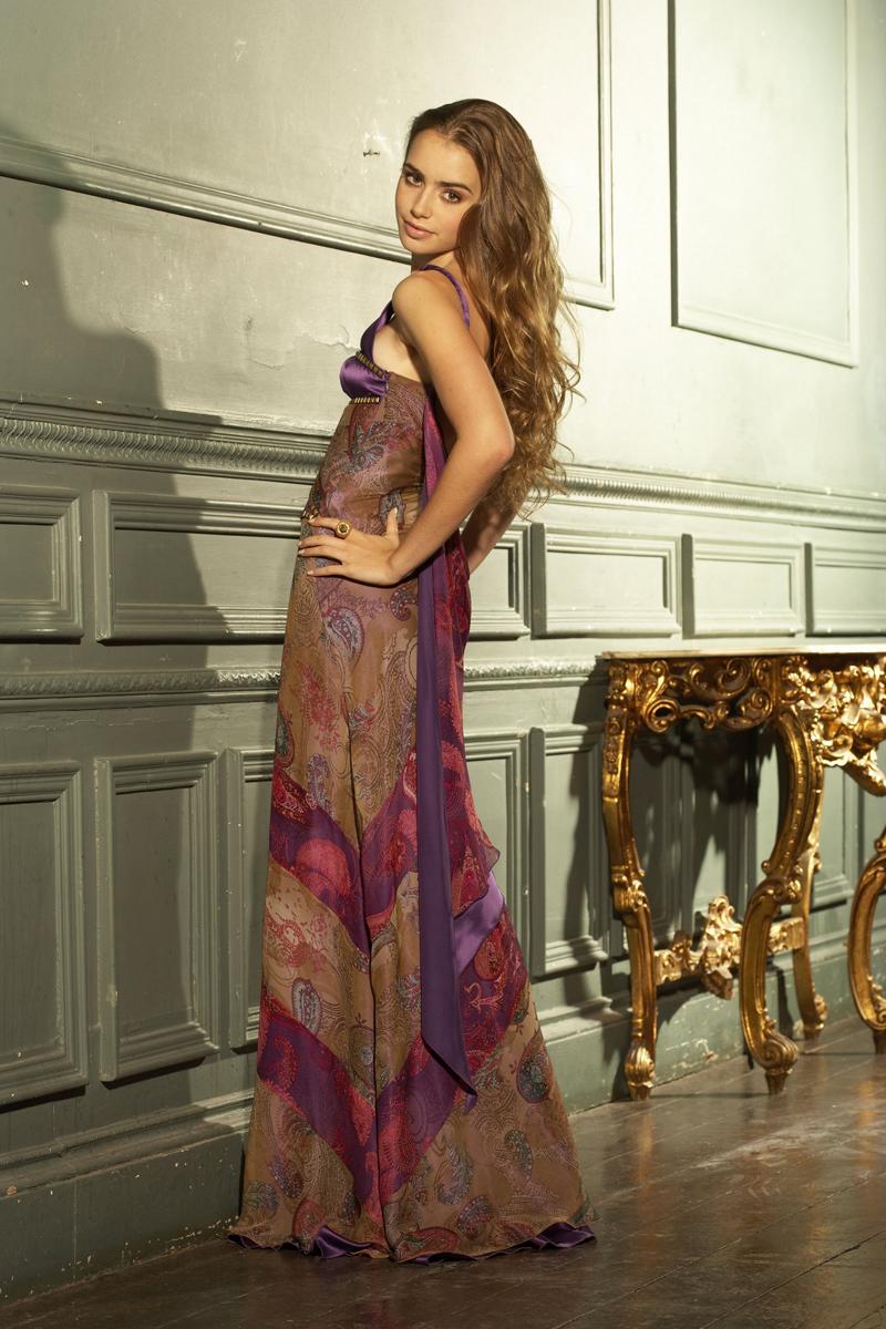 Лили Коллинз фото в красивом длинном платье