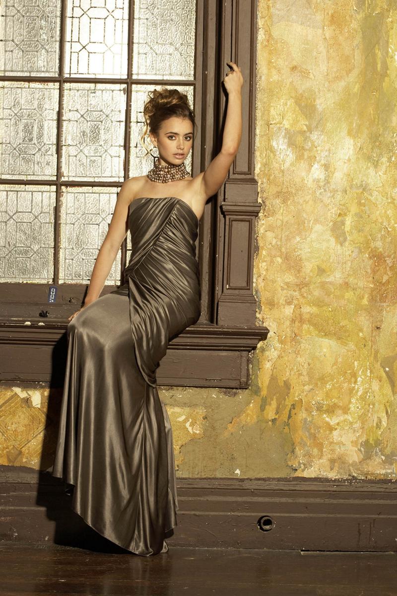 Лили Коллинз фото в красивом вечернем платье с обнаженными плечами