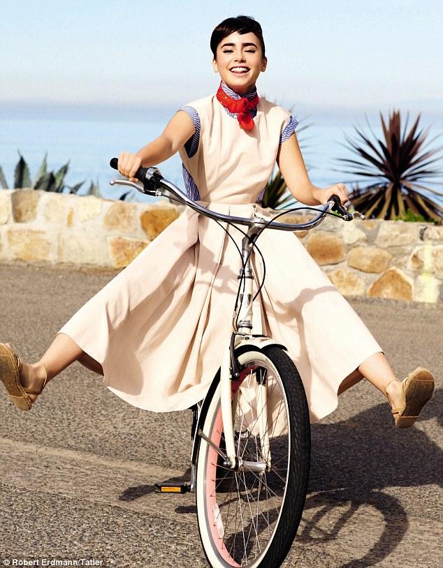 Лили Коллинз фото похожая на Одри Хепберн на велосипеде