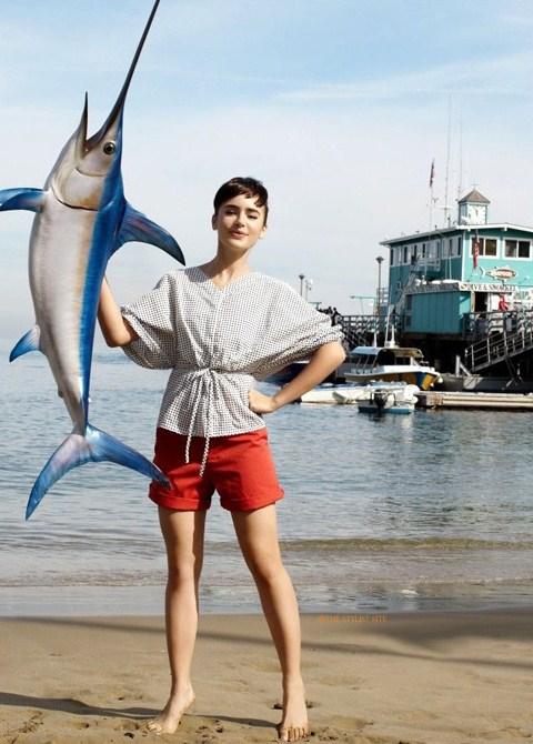 Лили Коллинз фото похожая на Одри Хепберн с рыбой иглой