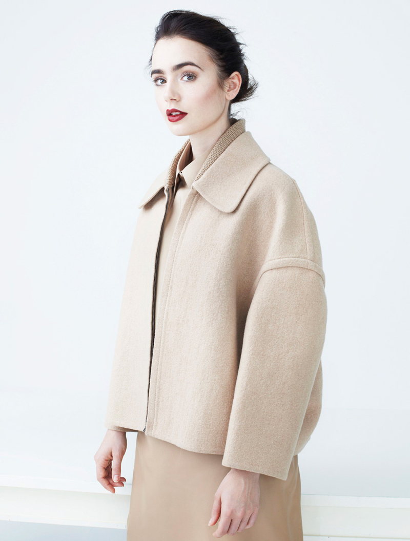 Лили Коллинз фото в бежевом пальто