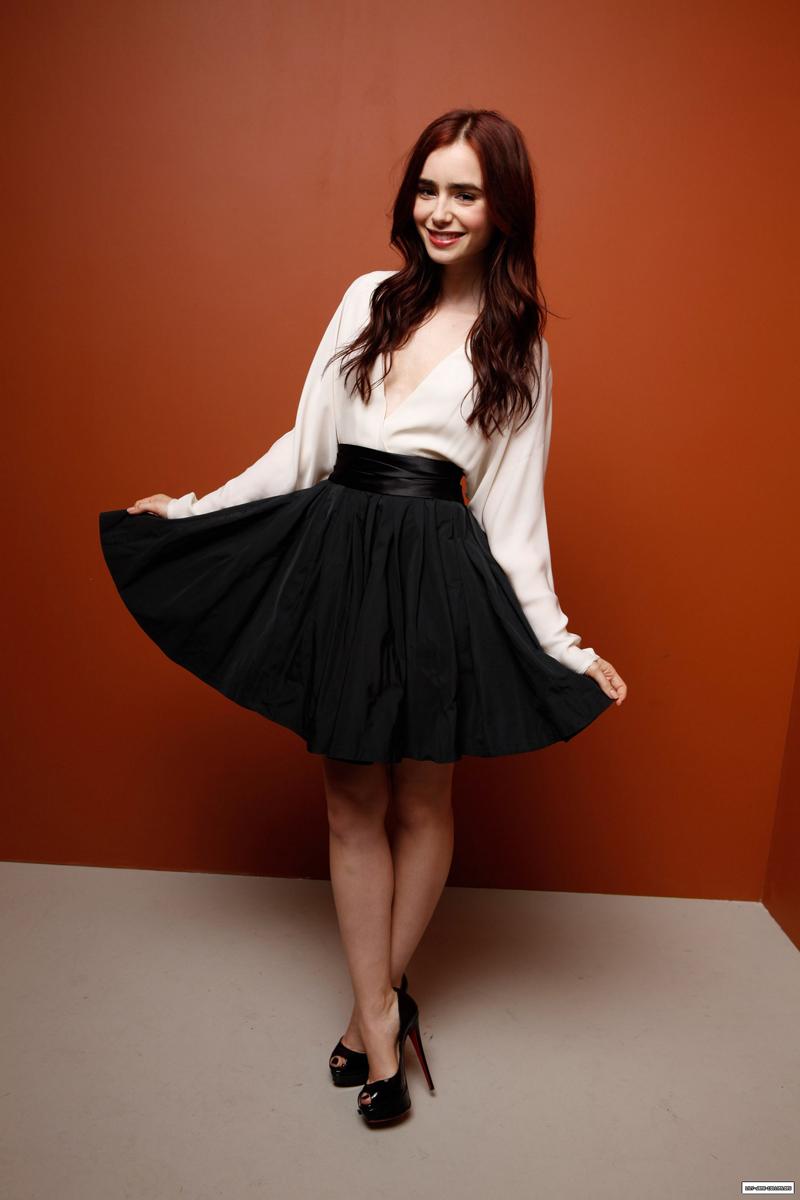 Лили Коллинз фото в черной юбочке