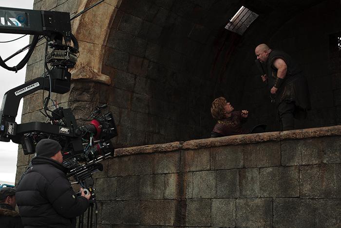за кадром Игра Престолов Питер Динклэйдж в опасной сцене на краю пропасти