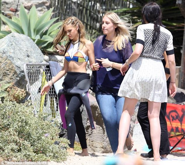 Мэйси Уильямс и Никола Пельтц были замечены в купальниках во время фотосессии для Teen Vogue