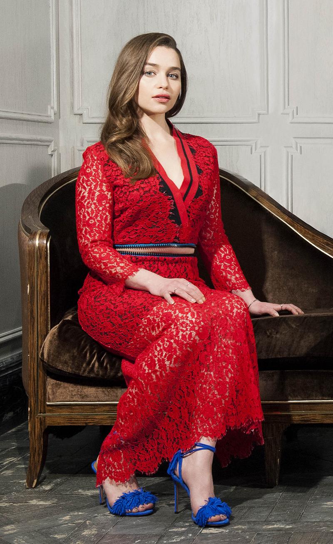 Эмилия Кларк в красном платье и синих тапках
