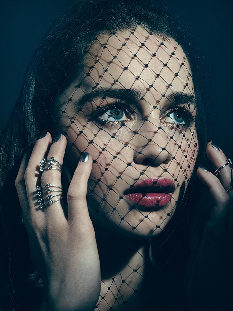 Эмилия Кларк с сеткой вуалью на лице