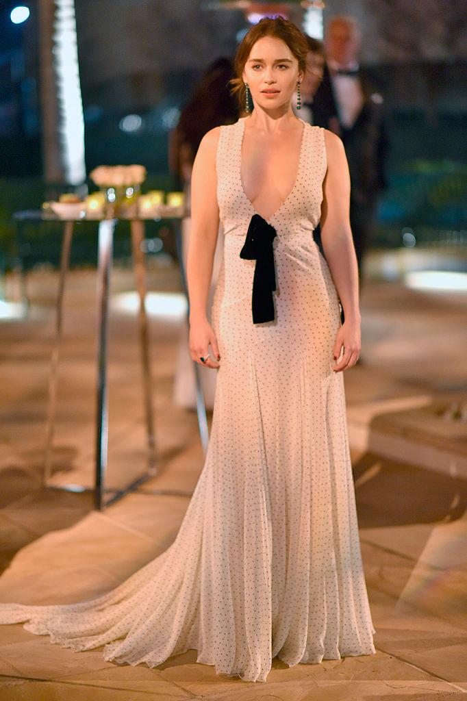 Эмилия Кларк в длинном платье 2016 с грудью