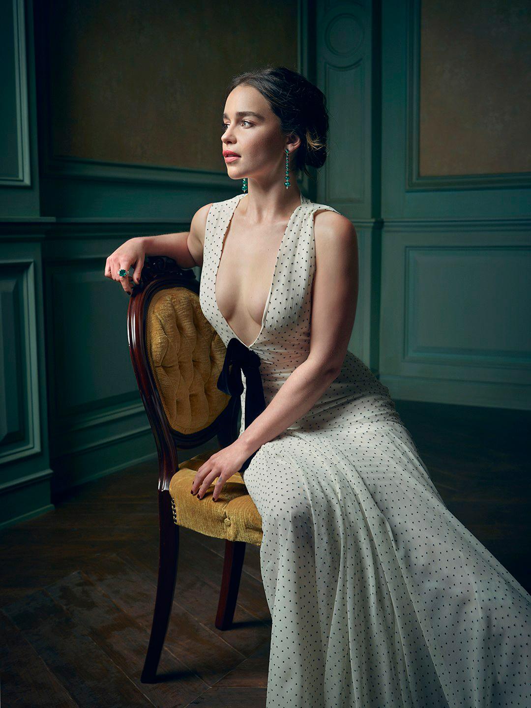 Эмилия Кларк в длинном платье 2016 с грудью эротическое вызывающее фото