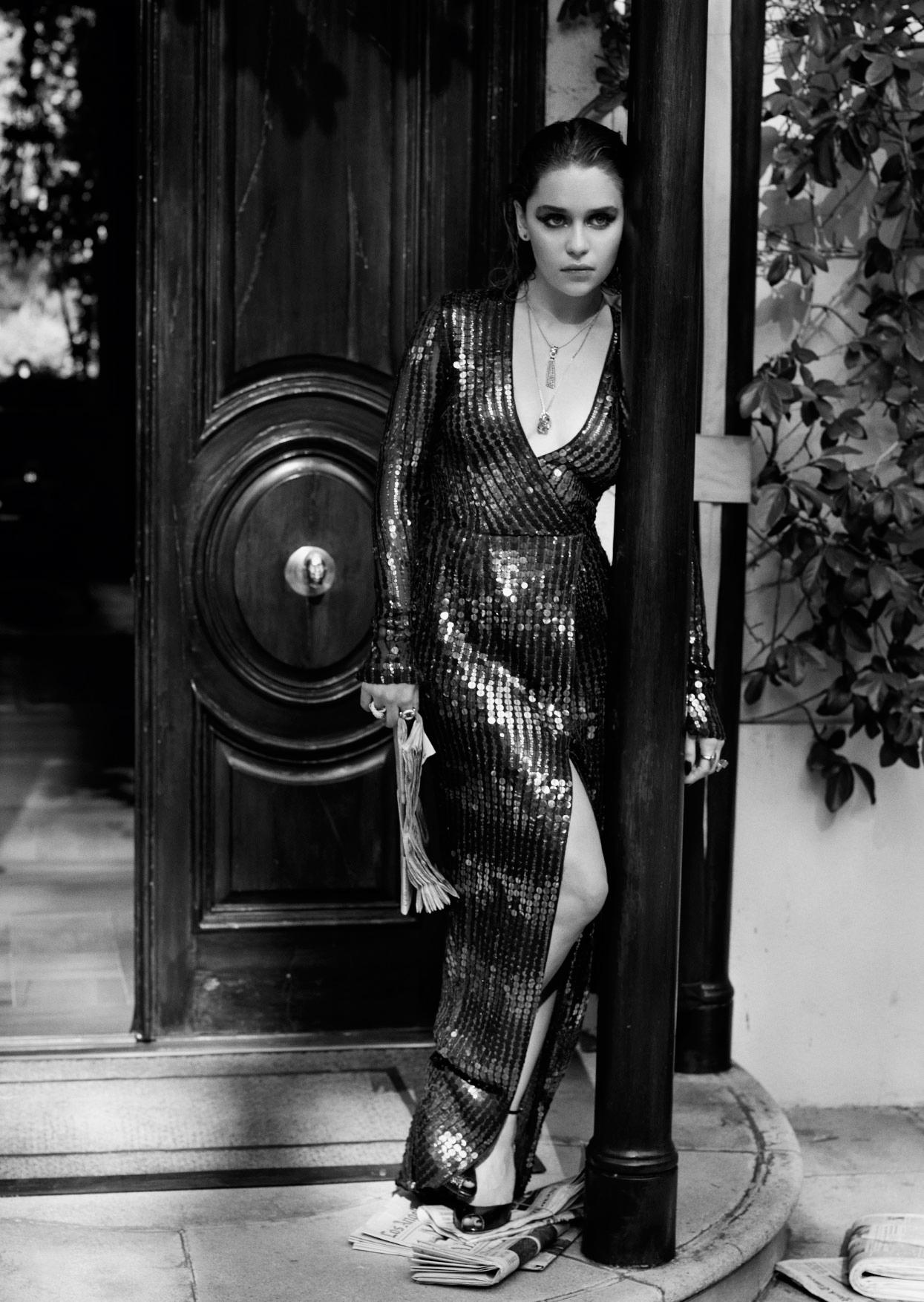 Эмилия Кларк черно-белое фото в вечернем черном платье