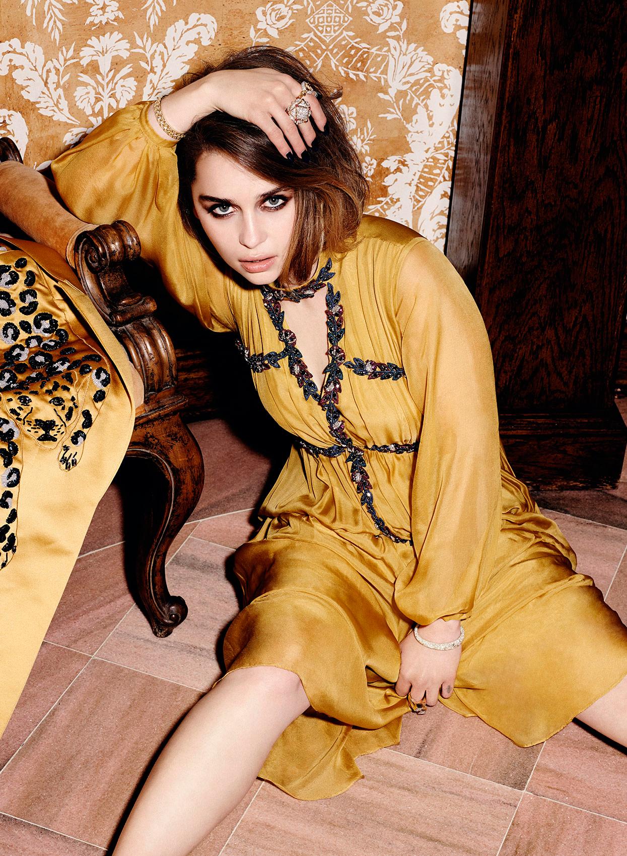 Эмилия Кларк в желтом платье сидит на полу