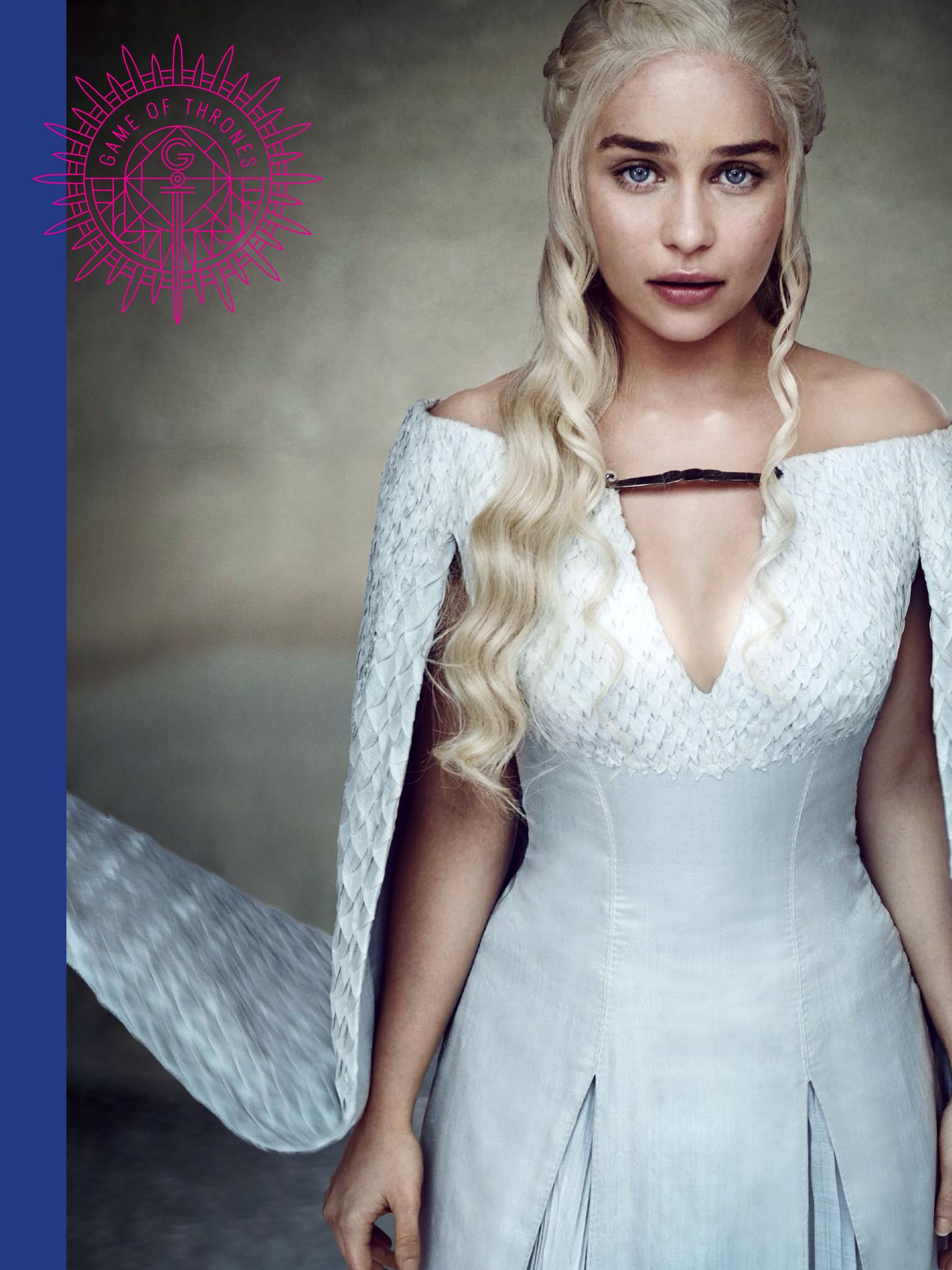 Дейнерис Эмилия Кларк с белыми волосами в платье