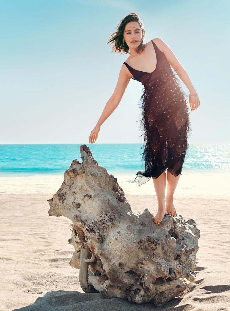 Эмилия Кларк в черном платье, ступни и голые ноги