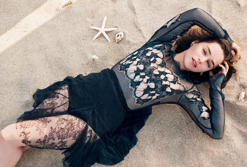 Эмилия Кларк фото в черном платье