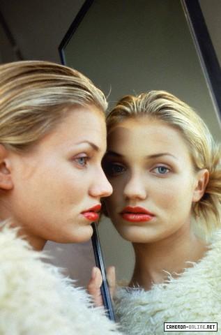 Кэмерон Диаз смотрит в зеркало