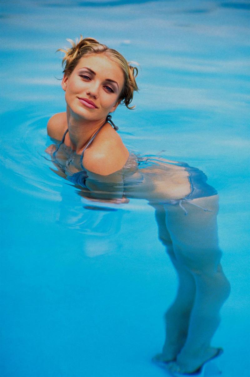 Кэмерон Диаз купается в голубом купальнике