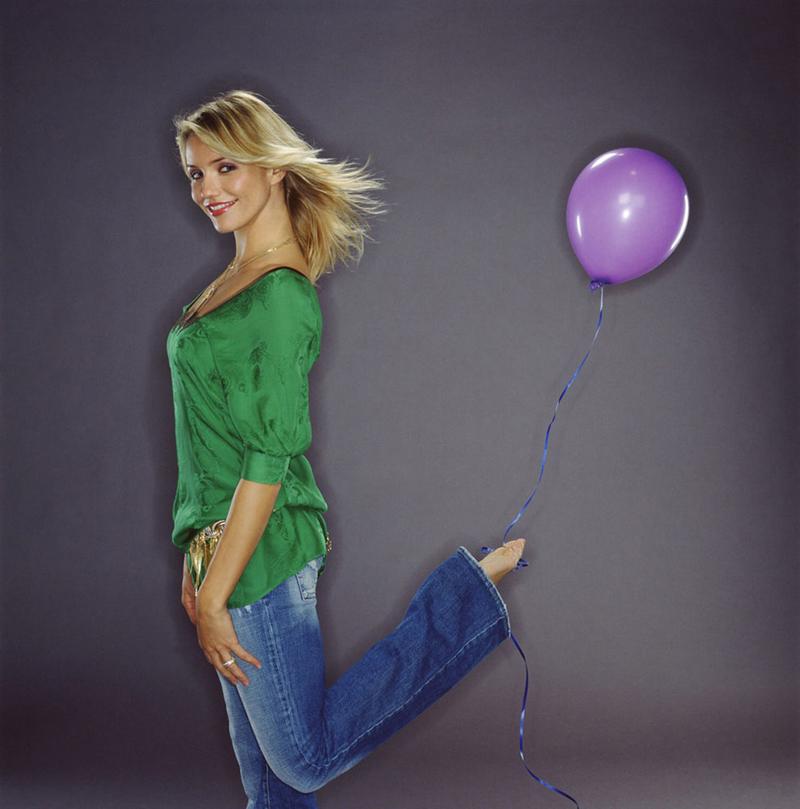 Кэмерон Диаз с воздушным шариком на ноге