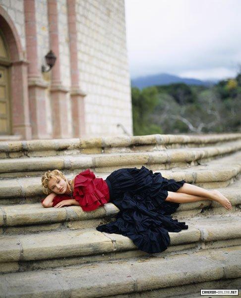 Кэмерон Диаз фото лежит на ступеньках