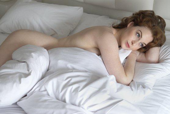 Эсме Бьянко голая в постели