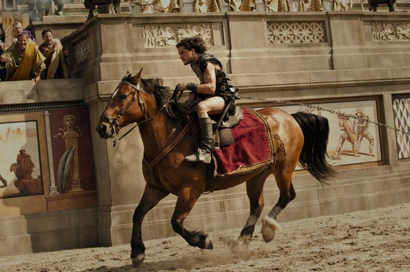 Кит Харингтон Помпеи фото скачет верхом на лошади