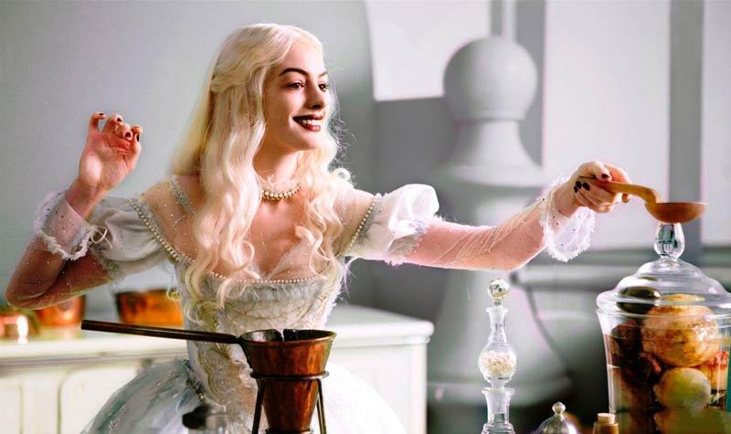 Энн Хэтэувэй в роли Белой королевы - алиса в стране чудес