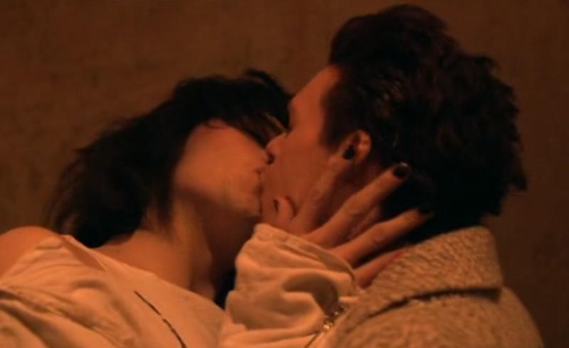"""поцелуй Ричард Мэдден в роли Кирка Брэндона и Дуглас Бут в роли Боя Джорджа в фильме """"Переживая за Боя"""""""