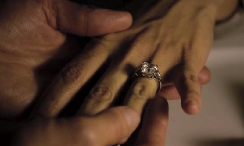 парень одевает кольцо девушке