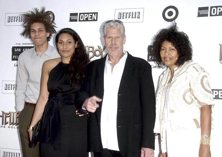Рон Перлман и его семья