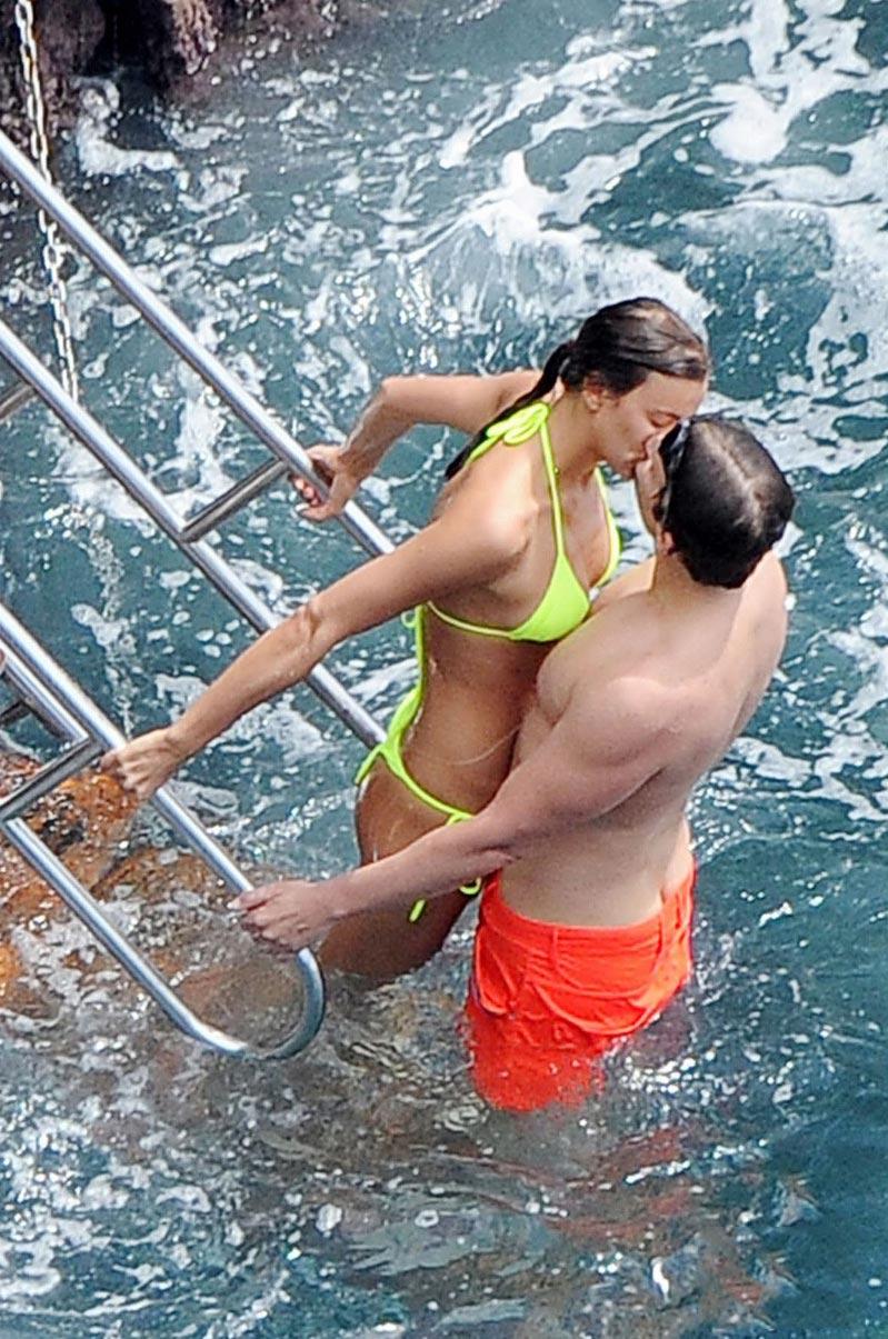 Ирина Шейк и Брэдли Купер обнимаются на пляже