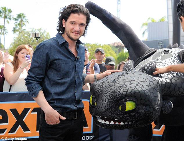 Красавчик Кит Харингтон с пластиковым драконом