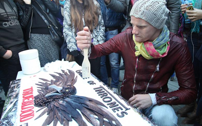 """Юрий Колокольников 18 июня 2014 года на встрече с фанатами """"Игры Престолов"""" режет торт"""