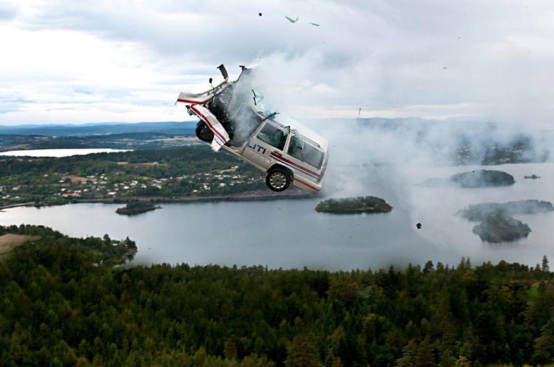 Машина падает в пропасть