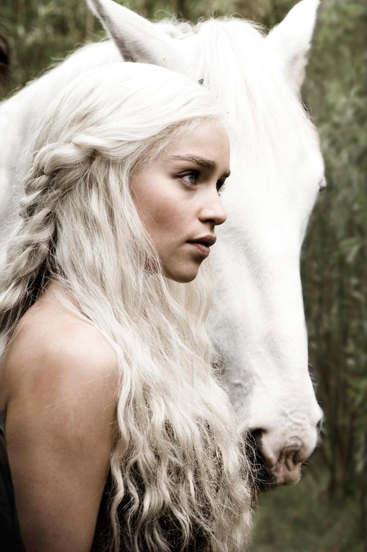 Денерис Таргариен бурерожденная кхалиси и ее белая лошадь