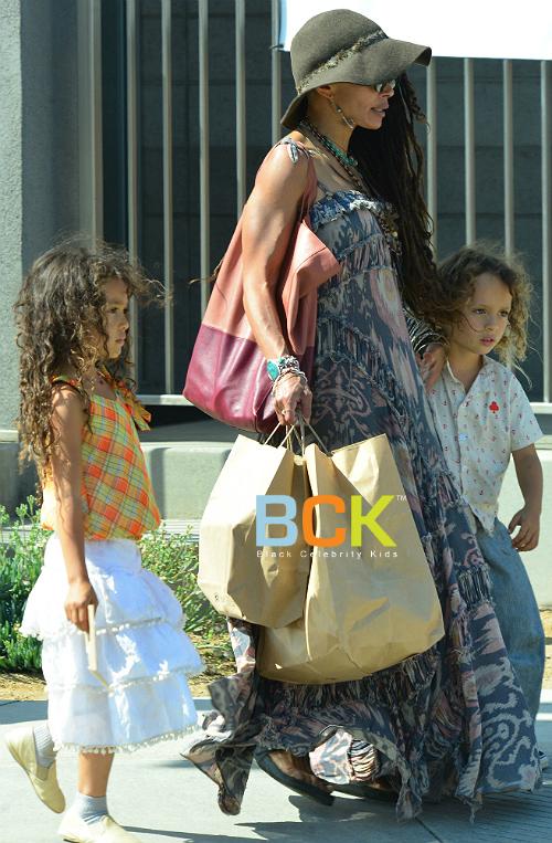 Лиза Боне с дочерью Лолой и сыном Накоа Вулфом