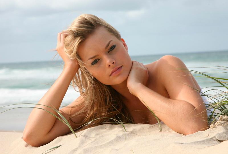 На голых пляжах очень
