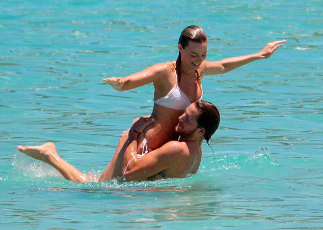 26 Фото Марго Робби в купальнике на пляже