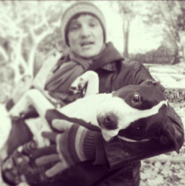 Педро Паскаль с собакой